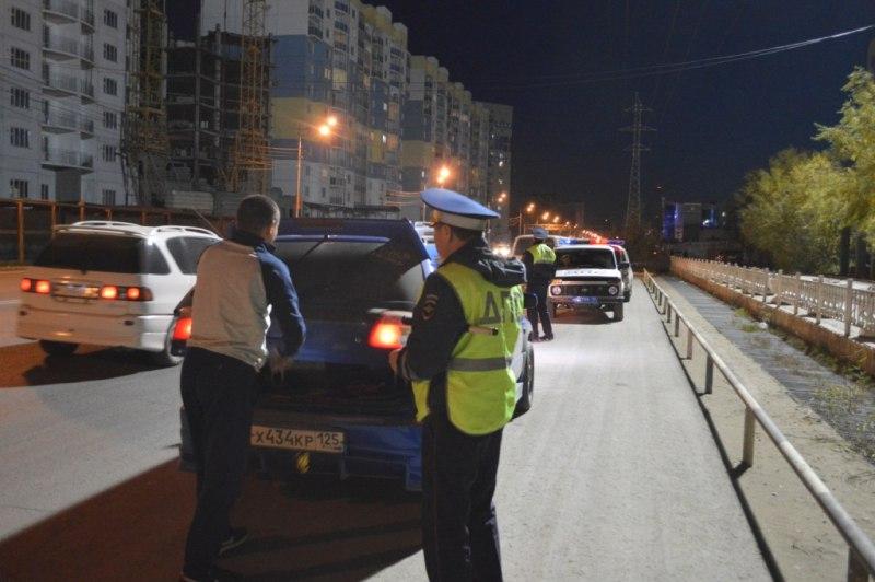 В Якутске пьяный водитель не заметил круговое движение и наехал на столб