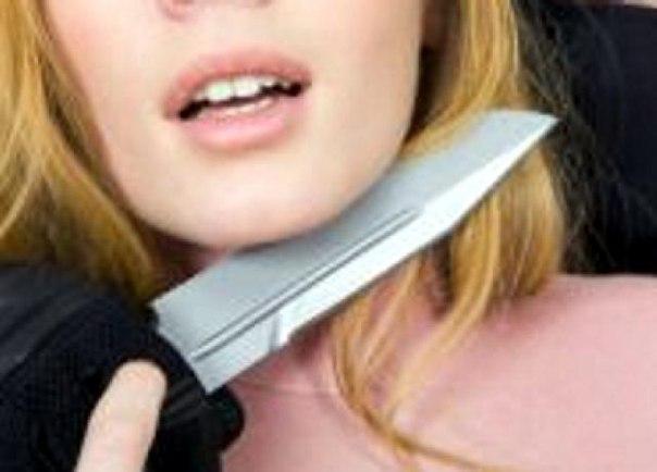 Житель Якутска приставил нож к горлу девочки-подростка и отобрал сумку с деньгами