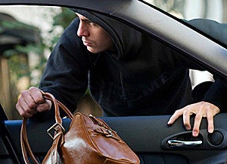 В Якутии школьники похитили кошелек из припаркованной машины