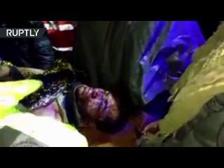 Спасатели увозят выжившего при авиакатастрофе в Колумбии с места трагедии