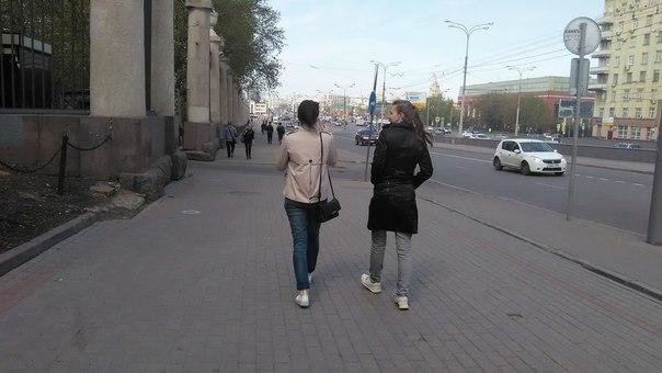 Прогулка началась с того, что я занял место позади и начал изучать город. Его законы.