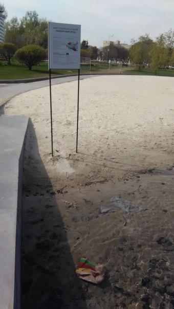 Купаться там запрещено, а вот загорать на обалденном плаже с чистейшим песком — пожалуйста.  Здание за деревьями — Минобороны.