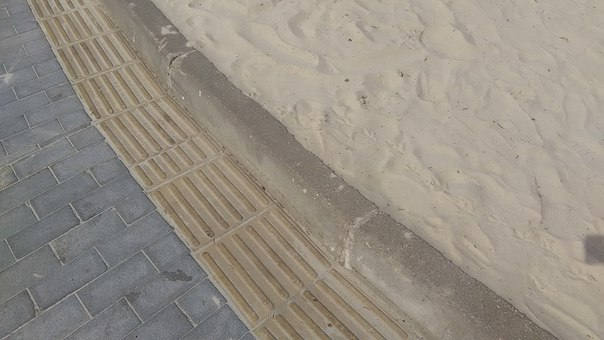 Вокруг пляжа идёт тактильная плита.