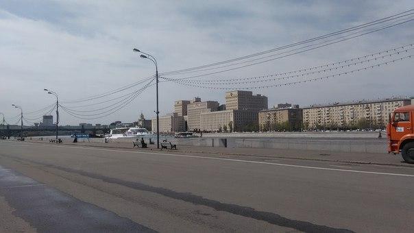 Ансамбль зданий прямоугольных блоков без вершинок ала Нью-Йорк стоит по всей Москве. Притом, это всё правительственные здания. Это МинОбр. Напротив него, прямо на набережной вертолётная площадка. Нам повезло и мы увидели приземление вертолёта.