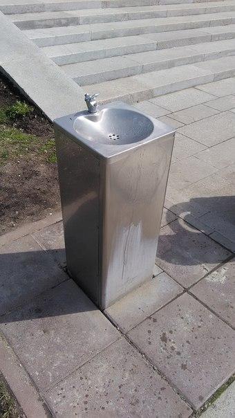 Питьевые фонтанчики довольно модные. Первый выстрел всегда мощный и льёт за пределы раковины, а дальше удобно льётся. Пользуются латунной арматурой, потому вода имеет сильный железный привкус.