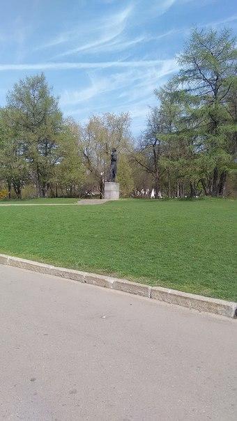 Как же в Парке Горького и без Горького?  Через дорогу, в Третьяковской галерее находится миниатюрная копия Нижегородского памятника Горькому. Почему не она здесь?