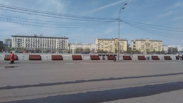 Для любителей нежится возле реки (Москва, на удивление, чистая оказалась) огромное количество лавок.