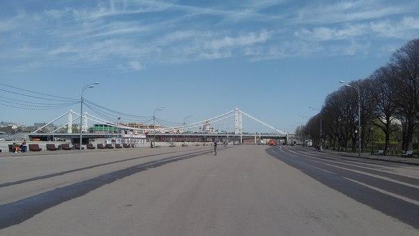 Всё в пределах шаговой доступности. Впереди Крымский мост, за которым Красный октябрь и Кремль (ориентироваться по ХХС).