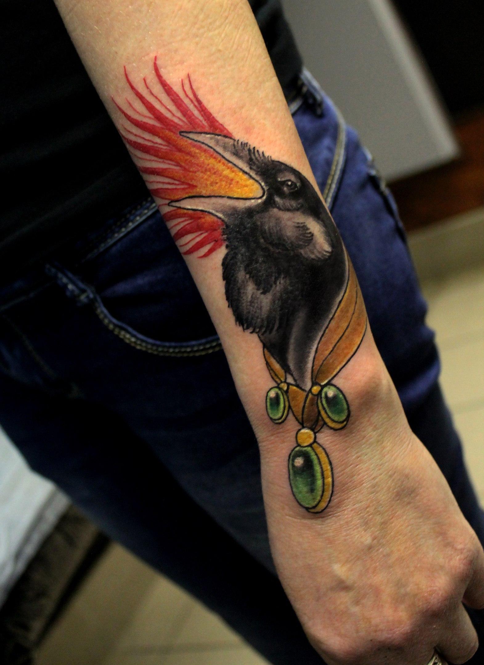 Художественная татуировка «Ворон». Мастер Дима Поликарпов. Работа выполнена на предплечье