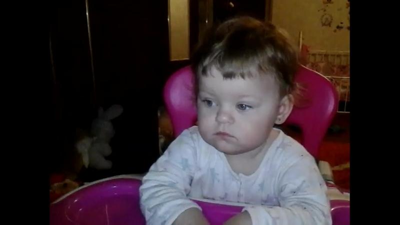 Даша смотрит песенку Кукутиков про маму