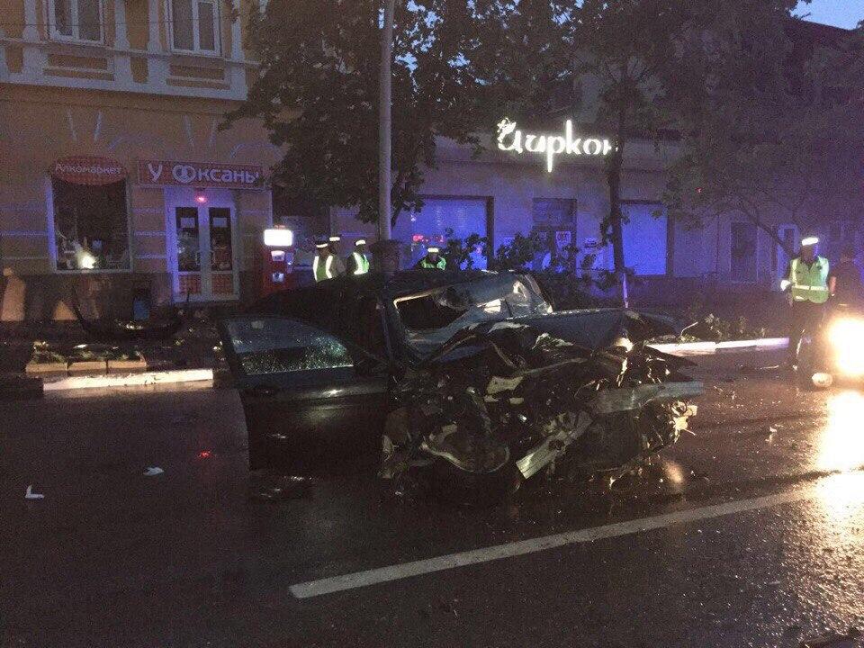 На выходных в Таганроге BMW на полном ходу врезался в дерево, есть пострадавшая