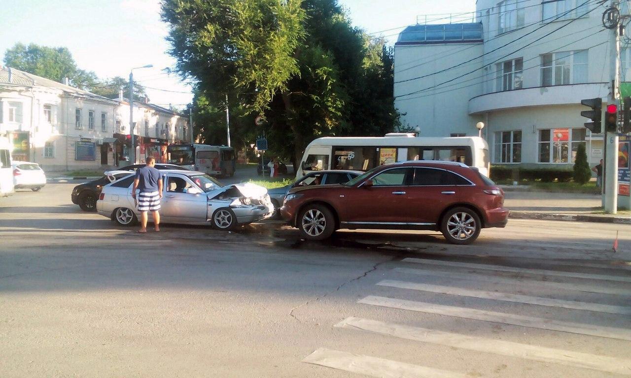 В центре Таганрога лоб в лоб столкнулись «ВАЗ-2112» и Infiniti