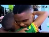 Дети встречают легенд футбола со слезами счастья