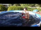 Самое странное видео последних дней: экспериментаторы топят Mentos и дрон за 1400 долларов в бассейне из Кока-колы.