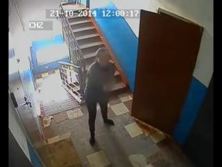 ☭ В подъезде на площадке одного из домов в Омске установили камеру. Милая и добрая соседка каждое утро общается с этой камерой,