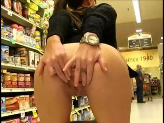 Показывает попку в магазине видео фото 505-194