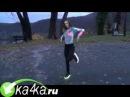 Девушка зажигательно танцует в светящихся кроссовк