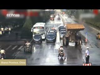 Китай. Бульдозер гоняется за людьми (03.09.2015 г.)