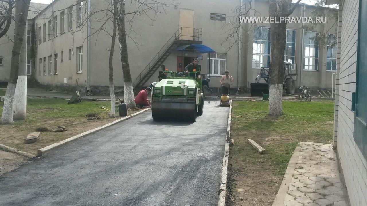 В станице Зеленчукской заменили асфальтовое покрытие рядом с ДЮСШ