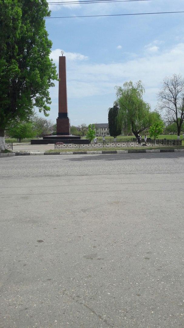 Вертикальные памятники Урус-Мартан Ваза. Покостовский гранит Октябрьская