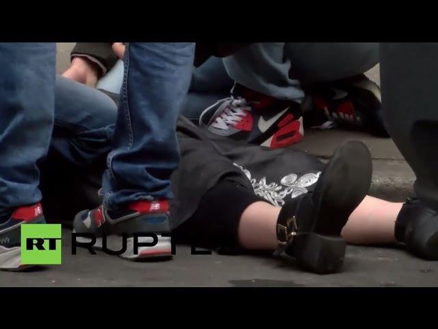 Бельгия: Автомобиль попадает женщина в Моленбек как запрещенные анти-Исламской демо происходит.