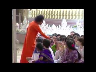 видео Sri Sathya Sai Baba An Old Rare and Delightful Video to Start our Day with Bliss, Having Bhagwan Sri Sathya Sai Baba Dar
