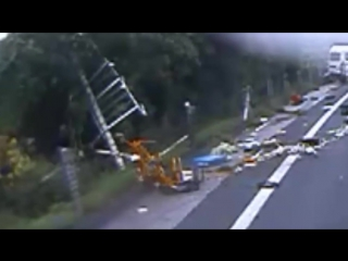Человек выживает Будучи выброшен из фургона в деревья после тяжелого удара