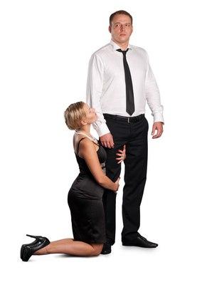Картинка девушка на коленях перед парнем