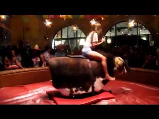 Девушка на быке даёт жару)