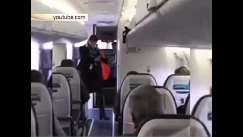 стюардесса танцует в самолете