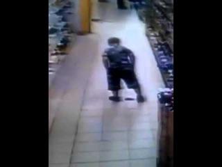 Теракт в магазине Small terrorist attack ржака малой насрал в магазине и мужик вступил в го...