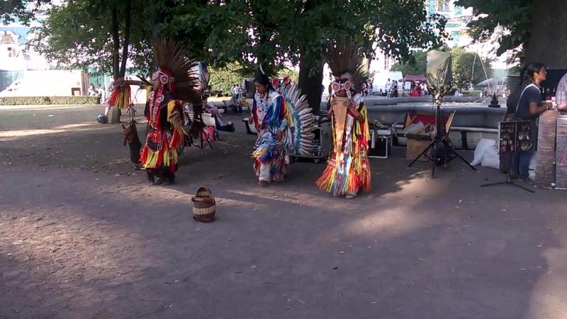 Индейцы поют около Эрмитажа. (Лето 2014)