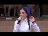 Чеченка очень проникновенно поёт о маме