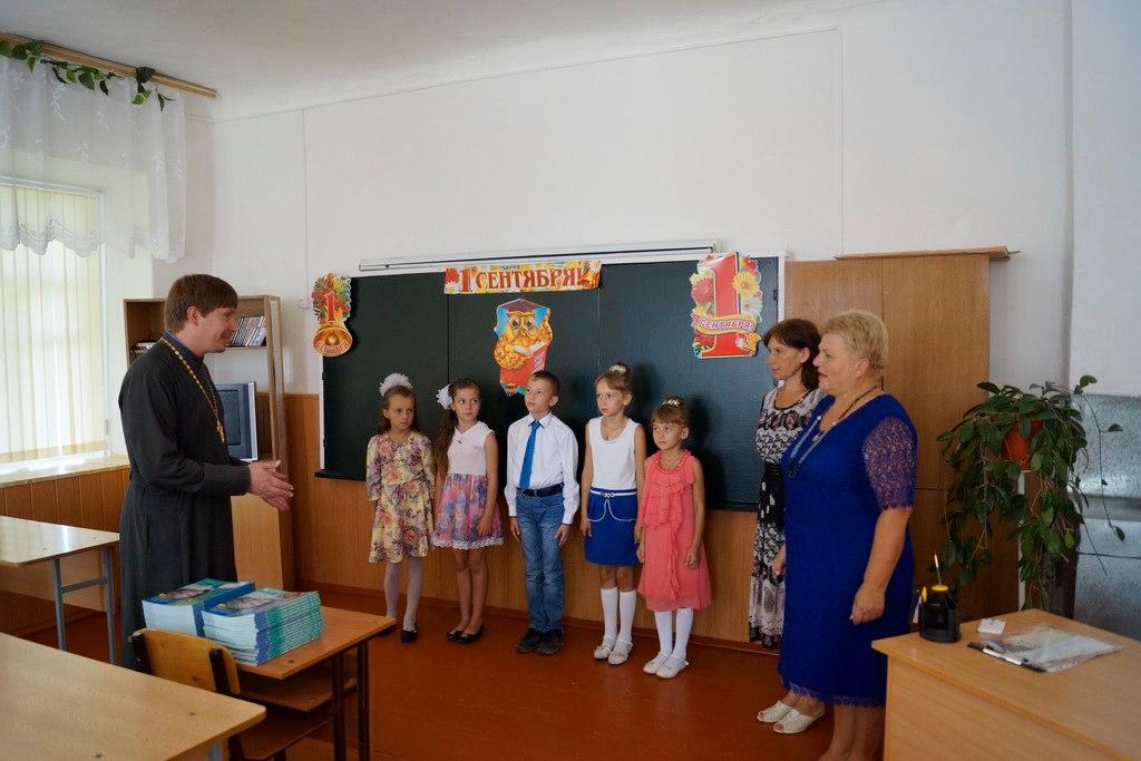Одной из школ станицы Кардоникской подарили учебники по предмету Основы Православной культуры
