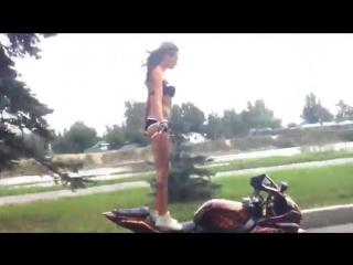 Девушка в бикини делает различные трюки на мотоцикле suzuki gsx r