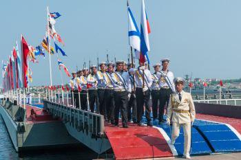 Севастополь отметил День флота парадом новых кораблей, авиашоу и танцами буксиров на воде (ФОТОРЕПОРТАЖ)