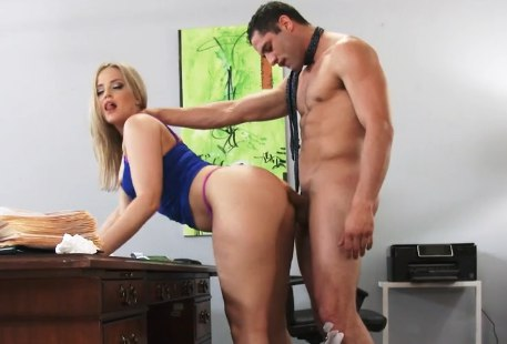 Жопастая секретарша радует шефа