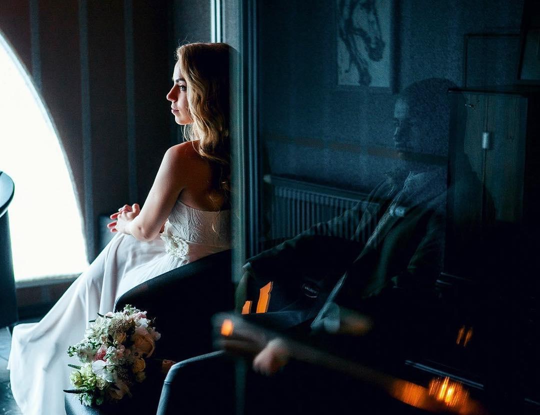 невеста и жених в отражении