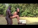 темнокожий раб садовник трахнул красивую служанку Melanie Memphis, пока госпожа обходила поместье. Нигер жарит девочку в попу ко