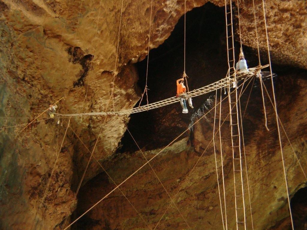 Собиратели гнёзд в пещере Гоматонг (Малайское Борнео)