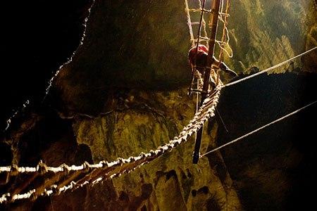 лазание по канатам в пещере Мадаи (Малайское Борнео)