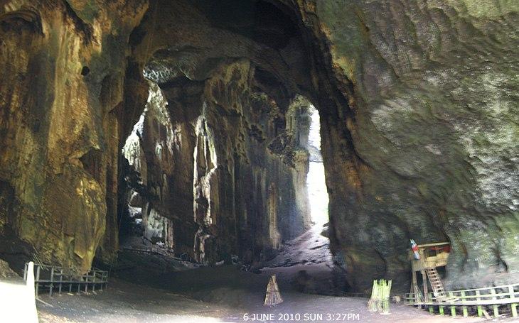 На входе в пещеру Мадаи (Малайское Борнео)
