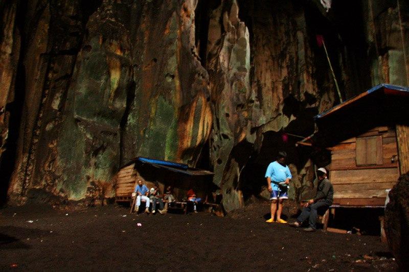 Охранники птичьих гнёзд в пещере Мадаи (Малайское Борнео)