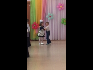 Танцует танец для мамы!😍😂