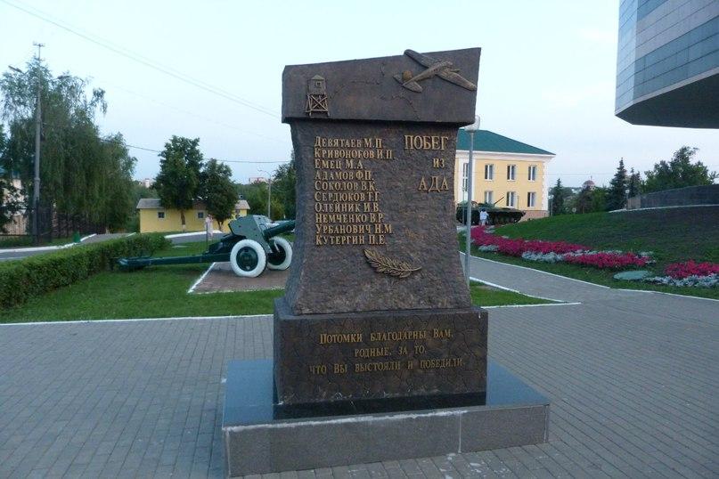 Памятник Роза из двух видов гранита Лебедянь памятник с крестом Площадь Гагарина