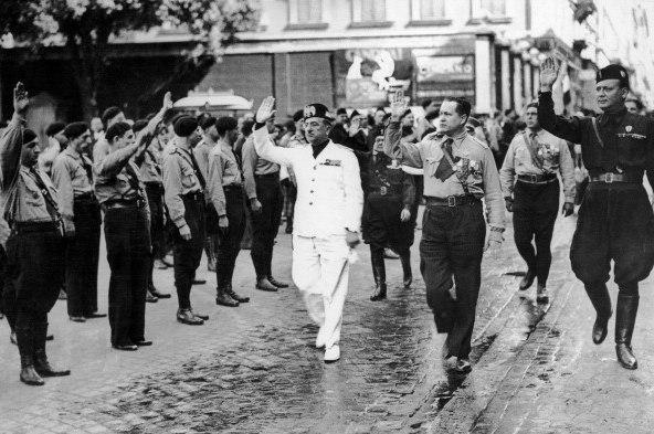 Марсель Бюкар (обходит строй, по середине) с делегацией франсистов в Риме, сентябрь 1935 года