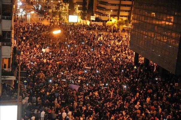 В Стамбуле на площади Таксим, занятой войсками, начались столкновения. По информации CNN Türk, люди выходят на улицы.
