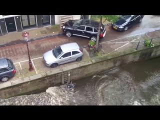 Что это было: Porsche Cayenne утопил припаркованный smart
