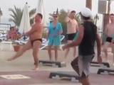 funny boy-мужик прикольно танцует на пляже в египте
