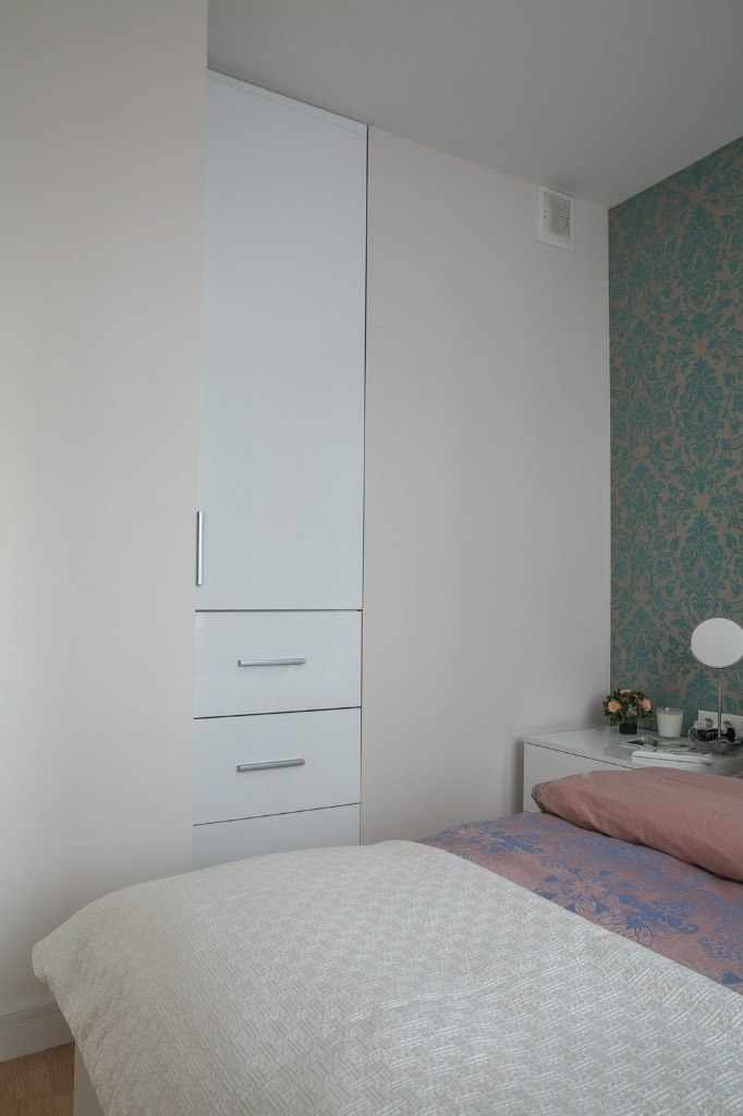 Вариант организации квадратной студии или однокомнатной квартиры 33 м с разворотом кухни и спальней на ее месте.